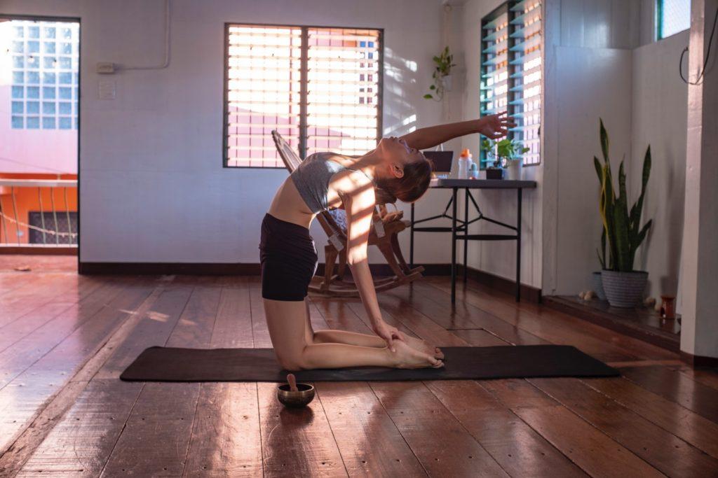 devushka na mate dlay yogi