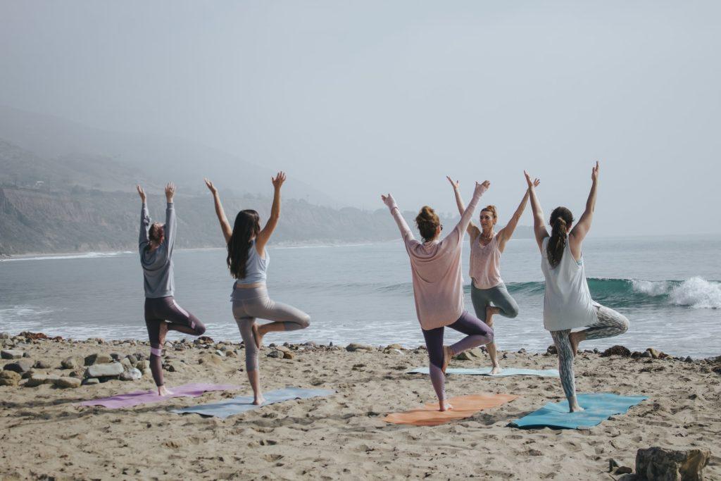 zanyatie yogoy na plyazhe