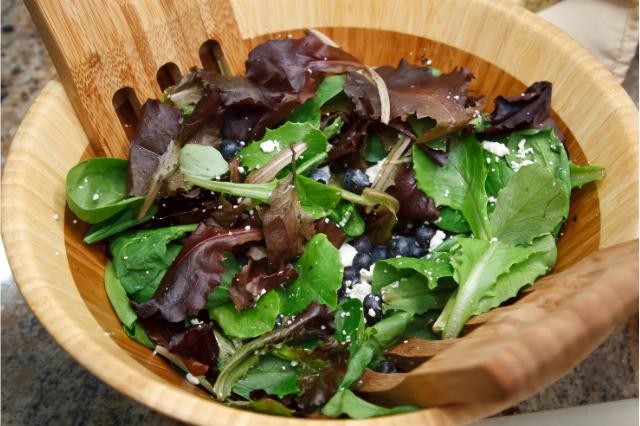 Тарелка салата с листовых салатов.